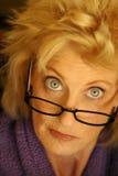 Oudere vrouw in glazen Stock Foto's