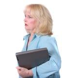 Oudere vrouw met een PC die op wit wordt geïsoleerdo Royalty-vrije Stock Afbeeldingen