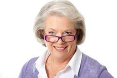 Oudere vrouw met glazen Stock Foto's