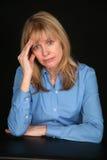 Oudere vrouw met hoofdpijn Stock Afbeeldingen