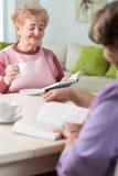 Oudere vrouwen die boek lezen Royalty-vrije Stock Afbeelding