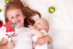 Oudere zuster en pasgeboren baby stock foto's