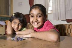 Oudere zuster met 4-5 jaar jongere zuster Stock Afbeeldingen