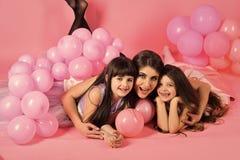 Ouderlijke aandacht Moeder en jong geitje met roze ballonswijnoogst royalty-vrije stock afbeeldingen
