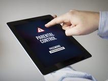 Ouderlijke controle op een tablet Stock Foto