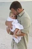 Ouderlijke liefde en bescherming Stock Afbeelding