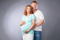 Ouderman en zwangere vrouw stock afbeeldingen