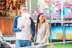 Ouders bij pretmarkt met gesponnen suiker, lettend op kind Stock Foto