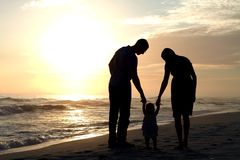 Ouders die Baby lopen Stock Afbeelding