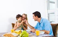 Ouders die baby voeden Stock Afbeeldingen