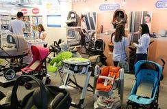 Ouders die babykarretjes bekijken Royalty-vrije Stock Foto