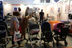 Ouders die babykarretjes bekijken Stock Afbeeldingen