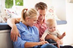 Ouders die Boek lezen aan Jonge Zoon stock foto's