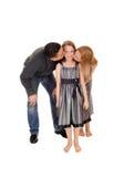 Ouders die daar dochter kussen Stock Afbeelding