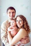 Ouders die de baby houden royalty-vrije stock afbeelding