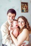 Ouders die de baby houden royalty-vrije stock foto