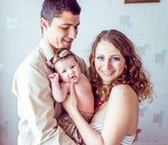 Ouders die de baby houden stock foto's