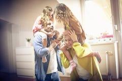 Ouders die dochters op schouders vervoeren royalty-vrije stock foto