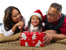 Ouders die het kind een gift van Kerstmis geven Stock Afbeeldingen