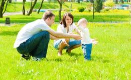Ouders die hun zoon vangen stock foto