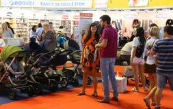 Ouders die kinderwagens bekijken Royalty-vrije Stock Afbeeldingen