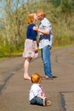 Ouders die met Baby kussen Stock Fotografie