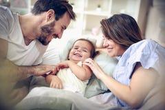 Ouders die met hun dochter spelen royalty-vrije stock foto's
