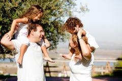 Ouders die met hun kinderen spelen Royalty-vrije Stock Afbeeldingen
