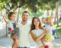 Ouders die met kinderen lopen Royalty-vrije Stock Afbeelding