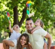 Ouders die met kinderen lopen Royalty-vrije Stock Afbeeldingen