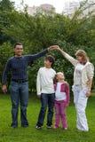 Ouders die met kinderen in park spelen royalty-vrije stock foto