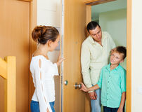 Ouders die zijn tienerzoon uitschelden stock afbeelding