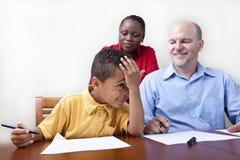 Ouders die zoon helpen royalty-vrije stock afbeelding