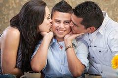 Ouders die Zoon kussen royalty-vrije stock afbeelding