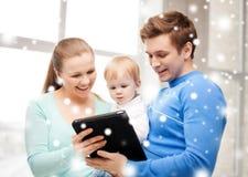 Ouders en aanbiddelijke baby met tabletpc Royalty-vrije Stock Afbeelding