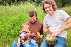 Ouders en baby op aard Stock Foto