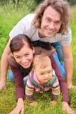 Ouders en baby op gras stock fotografie