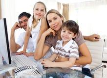 Ouders en hun kinderen die een computer met behulp van Stock Afbeelding