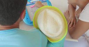 Ouders en kind die op magneetraad trekken stock video