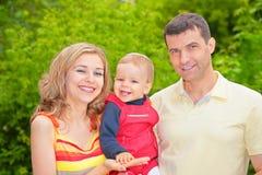 Ouders en kind in park stock fotografie