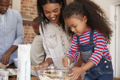 Ouders en Kinderen die Cakes in Keuken samen bakken royalty-vrije stock foto