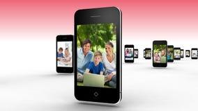 Ouders en kinderen die laptops samen met behulp van stock videobeelden