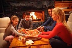 Ouders en kinderen die pizza samen eten Royalty-vrije Stock Fotografie