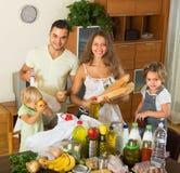 Ouders en kinderen met voedsel Stock Foto
