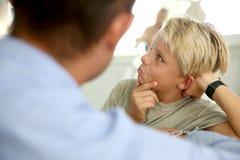Ouders en kinderenverhouding stock foto's
