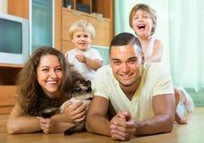 Ouders en kleine dochters met documenten Stock Foto