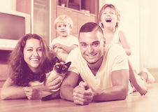 Ouders en twee dochters met Siamese Royalty-vrije Stock Afbeelding