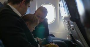 Ouders en weinig zoon die door de lucht reizen stock videobeelden