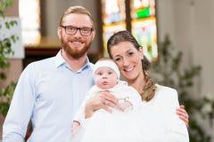 Ouders met baby bij doopsel in kerk Royalty-vrije Stock Afbeelding