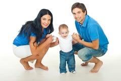 Ouders met baby die eerste stappen maakt royalty-vrije stock foto's